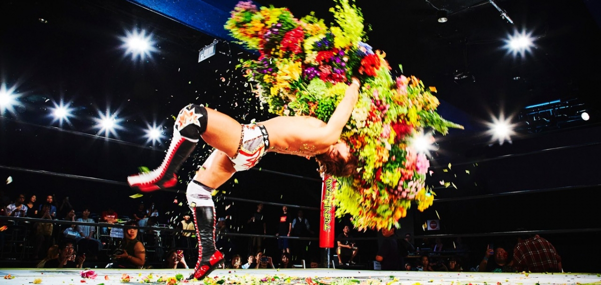 Художник Азума Макото фотографирует мужчин с цветами в самых неожиданных ситуациях. И это невыносимо прекрасно!