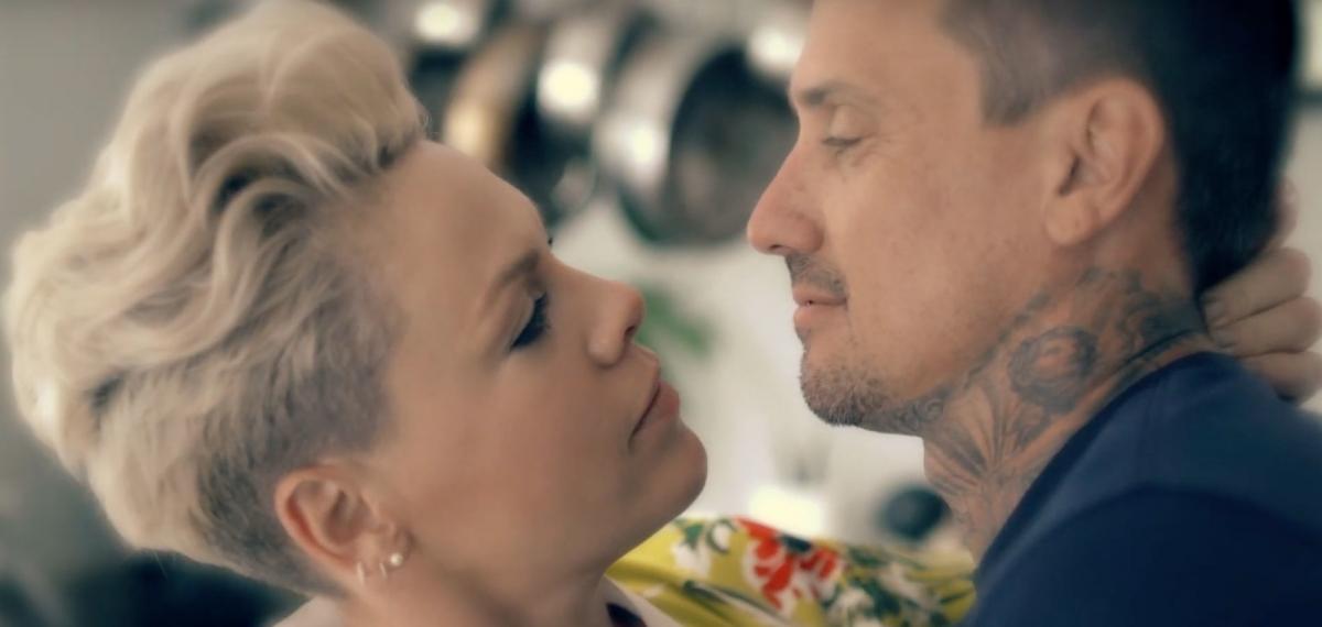 Певица Пинк и ее красавец-муж Кэри Харт в новом эмоциональном клипе 90 Days