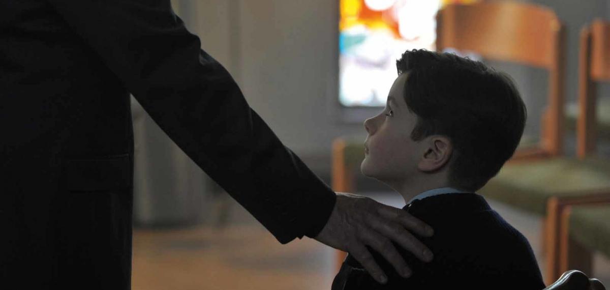 Смотрите украинский трейлер драмы «Милостью божьей» о священнике-педофиле и его жертвах
