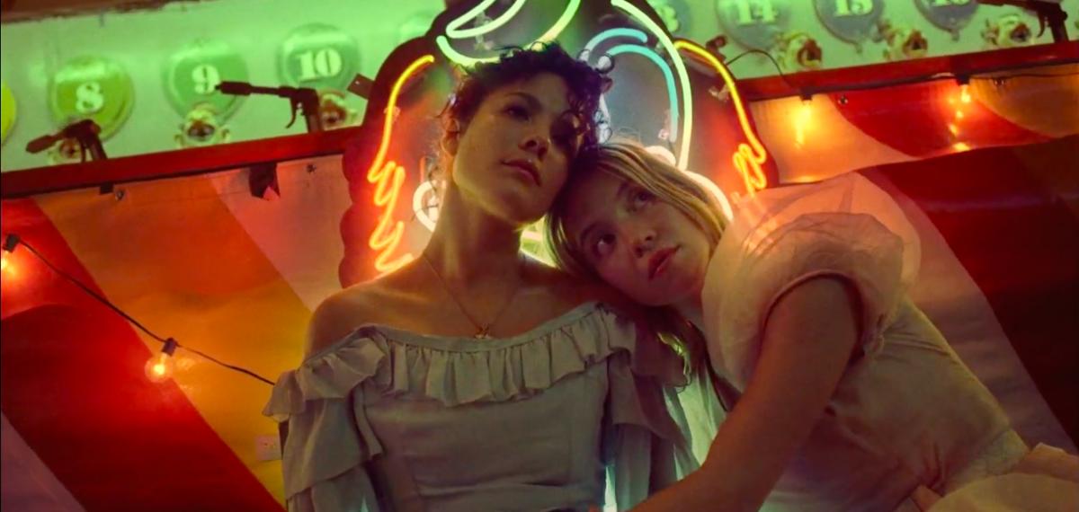 Звезда «Эйфории» Сидни Суини опять шалит в лунопарке с певицей Halsey в новом клипе Graveyard