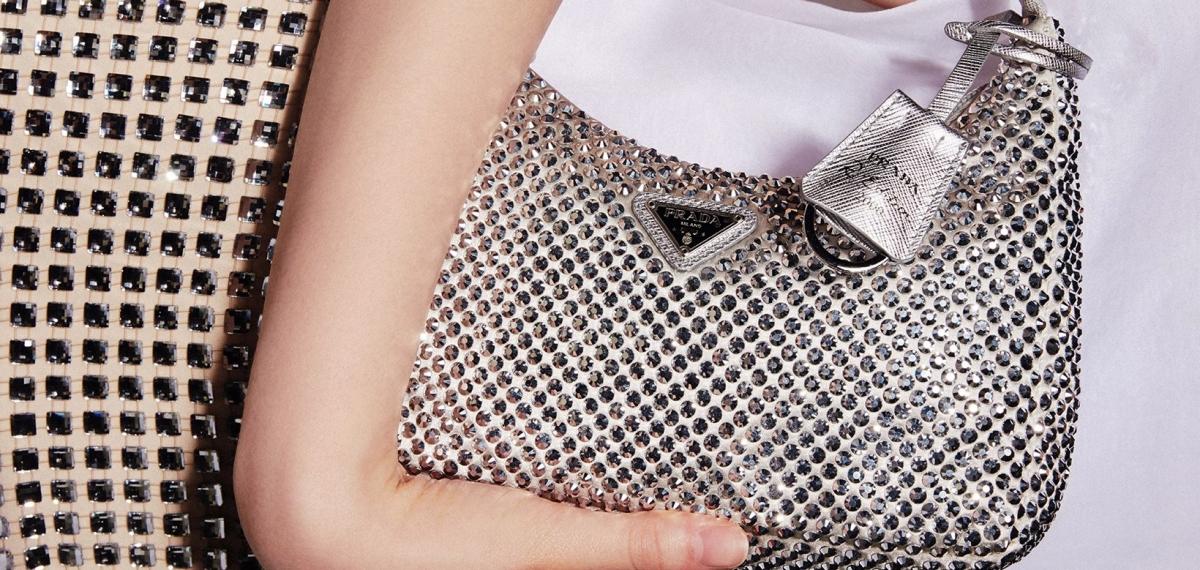 Prada покрывает свои фирменные силуэты кристаллами на китайский День святого Валентина