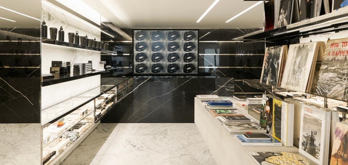 Колготки в сеточку и черные губы: Saint Laurent представляет редкую мебель и предметы искусства на специальной выставке