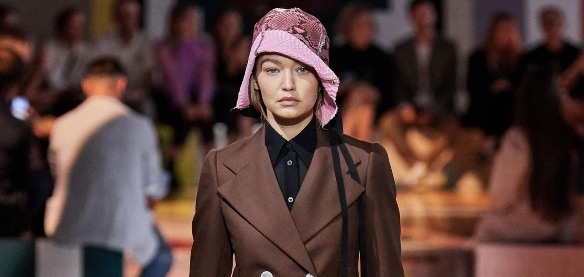 «О власти женщин над одеждой»: Prada представили универсальную коллекцию SS20 в Милане
