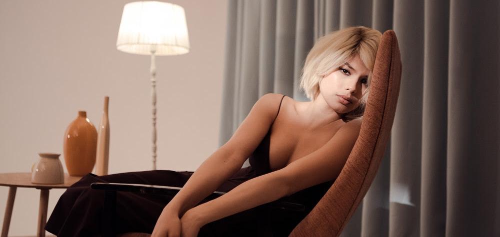 Michelle Andrade стала блондинкой в видео на новую песню Corazón