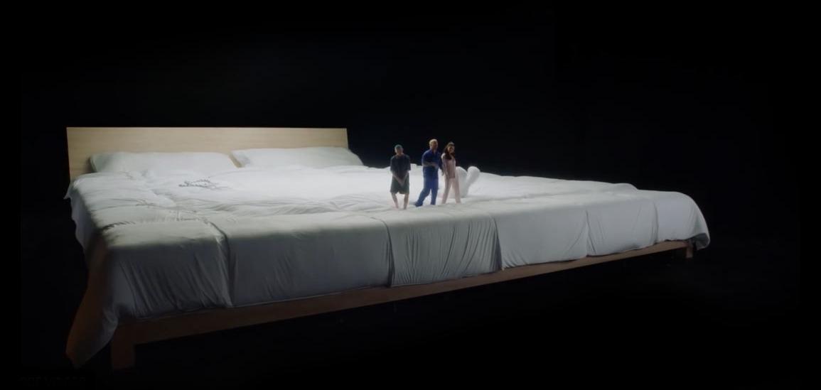 В гигантской постели: Селена Гомес, Бенни Бланко, Тайни и Джей Бальвин дурачатся в новом клипе I Can't Get Enough