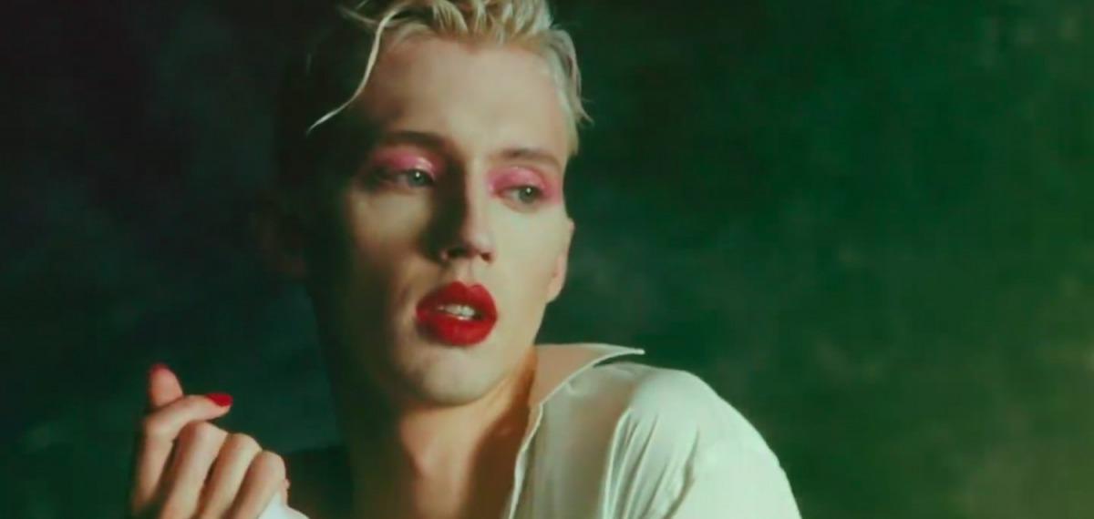 Troye Sivan в экстравагантном клипе о гендерном равенстве