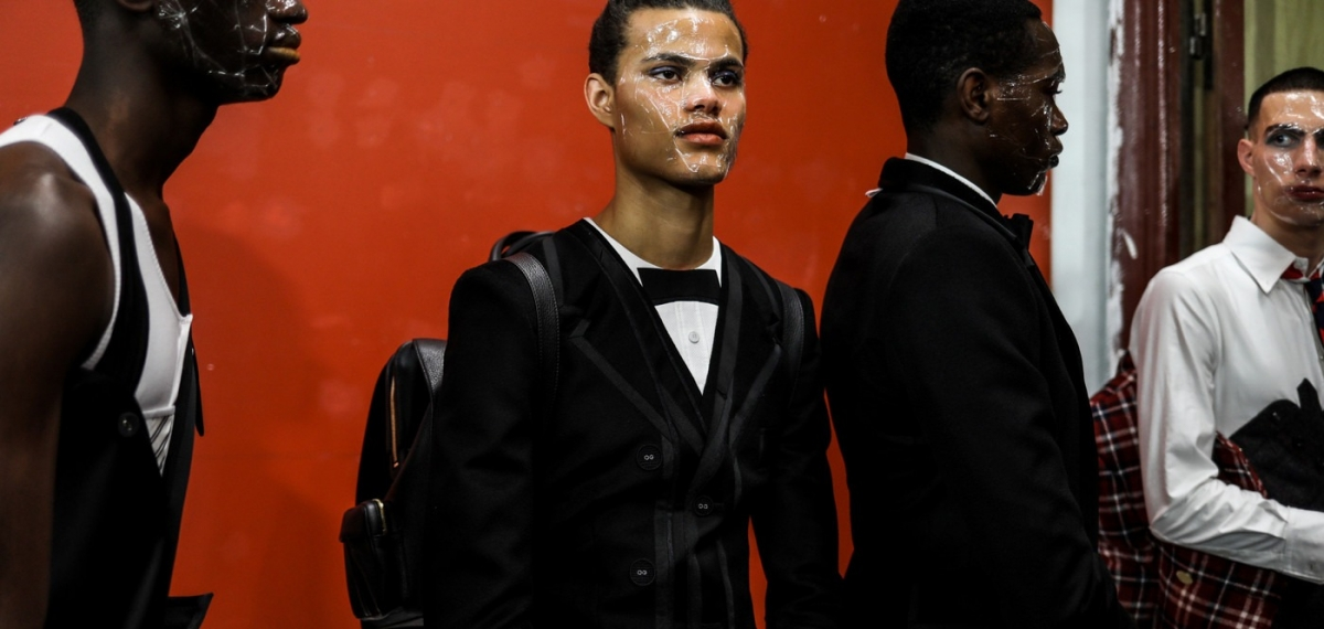 Пластиковые лица и идеальны костюм на показе Thom Browne