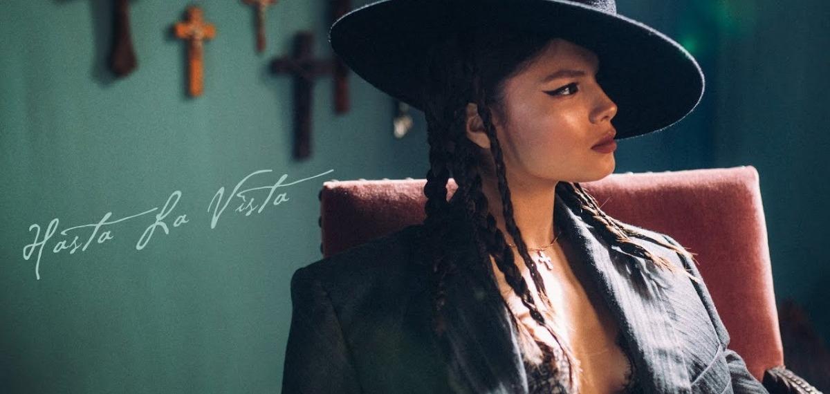 Michelle Andrade и ее альтер-эго в новом клипе Hasta La Vista