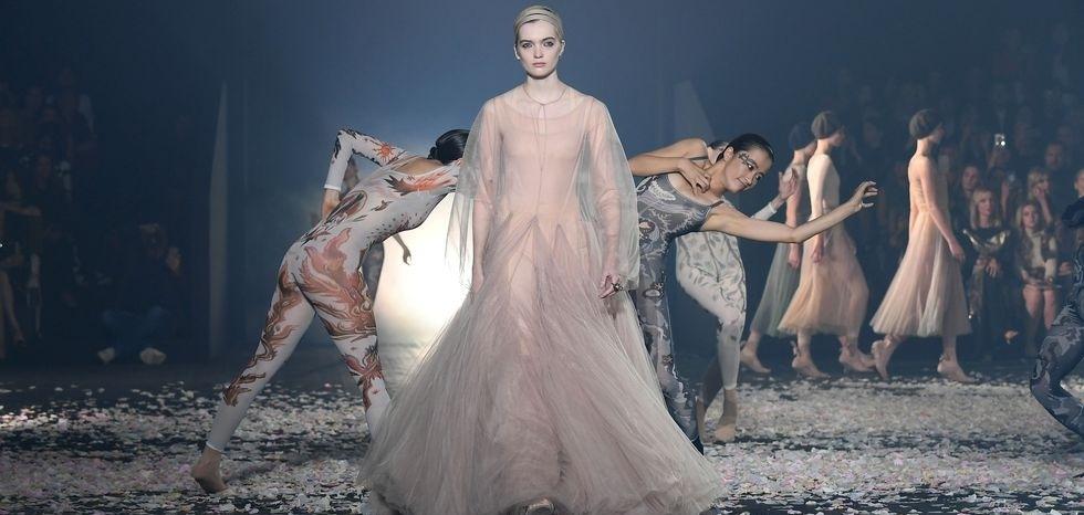 Танец и пластика в показе новой коллекции Christian Dior