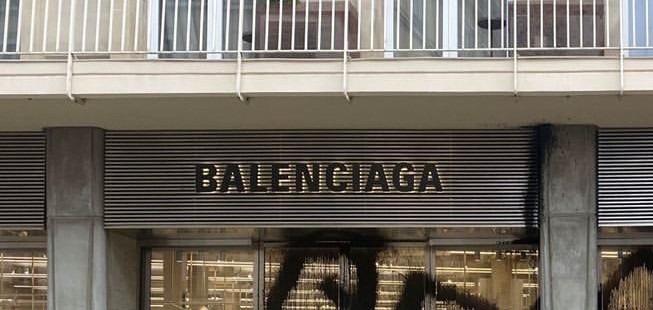 Арт-вандал Kidult испортил флагманский бутик Balenciaga: Вот, что он сделал и почему