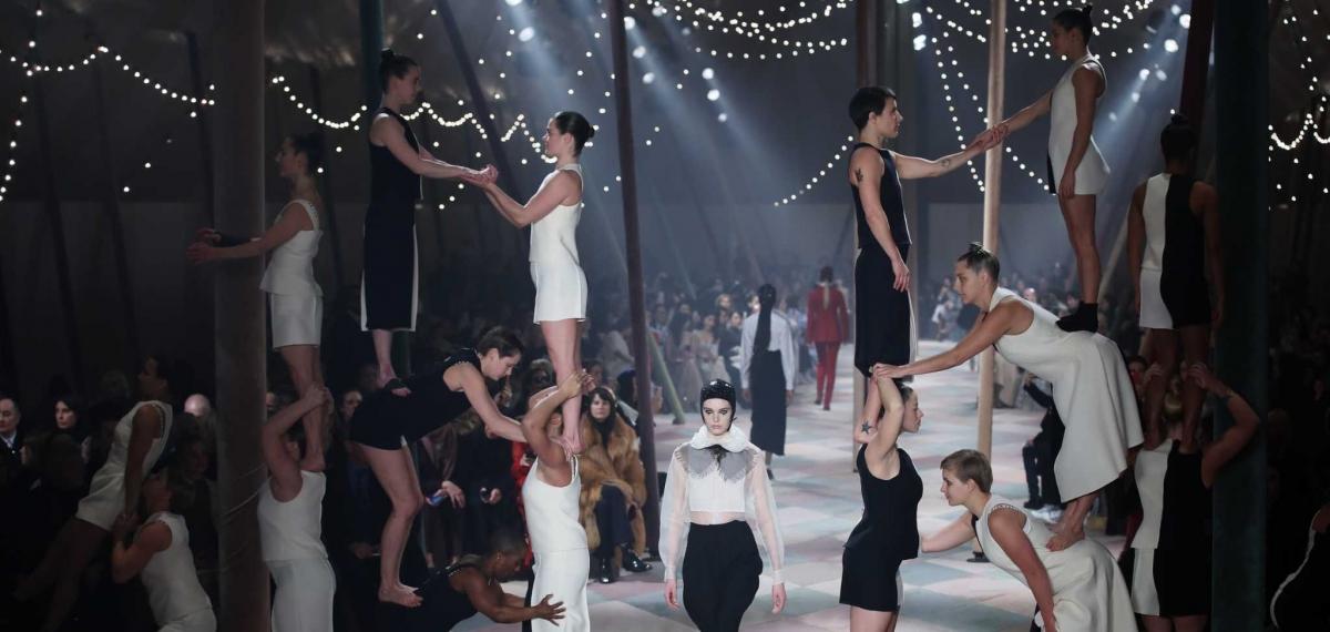 Печальные клоуны и красивые акробаты в цирковом шоу Dior