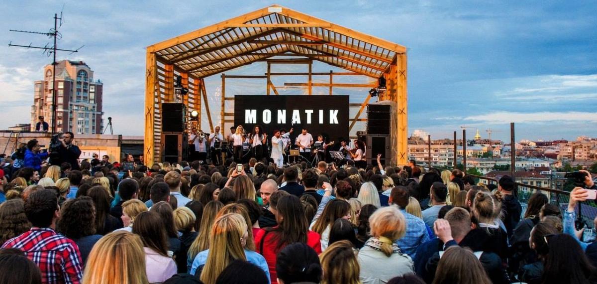 MONATIK презентовал видео большого концерта на крыше