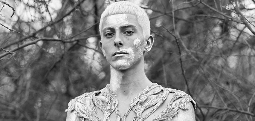 Великолепный модерн и утонченные мужчины в лукбуке новой коллекции Alexander McQueen