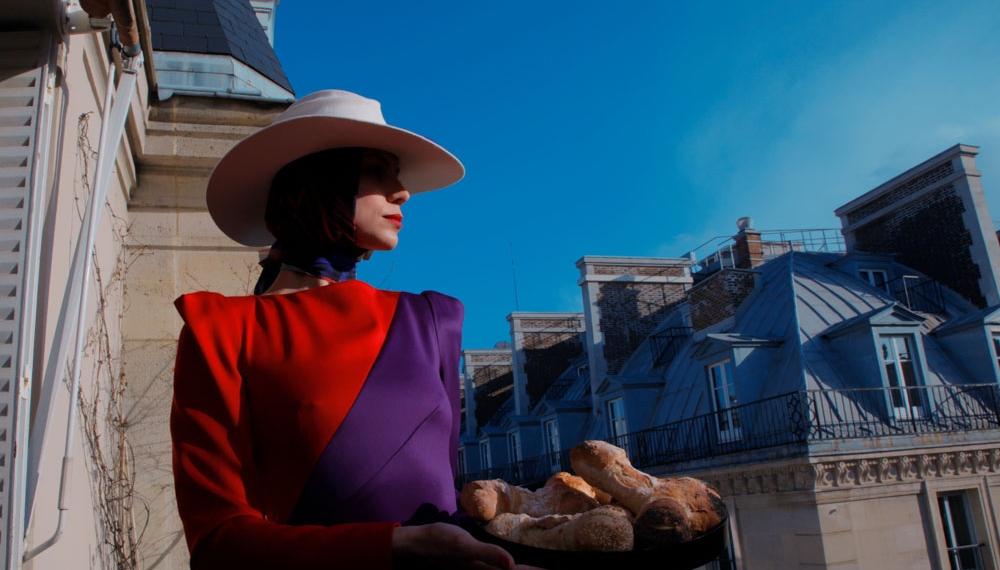 Одежда Navro, звездные шляпы Gladys Tamez и солистка кабаре LIDO в объективе фотографа VOGUE Italia