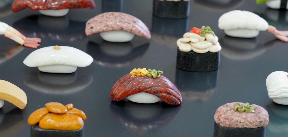 Только не ешьте: Японский художник представил выставку поразительно точных каменных суши