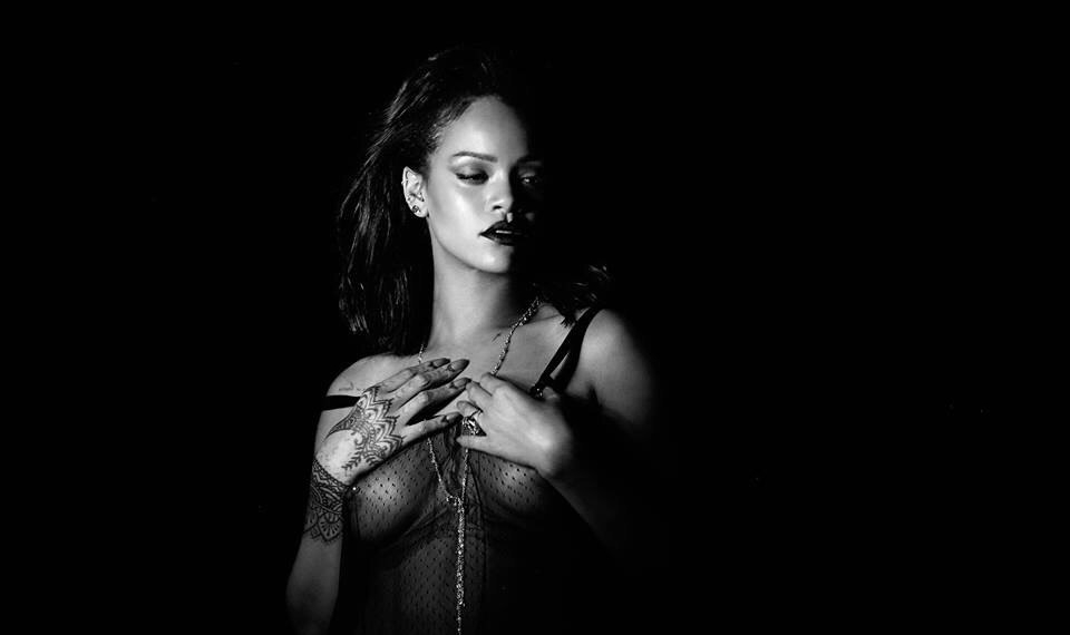 Rihanna полностью разделась в чувственном клипе Kiss It Better