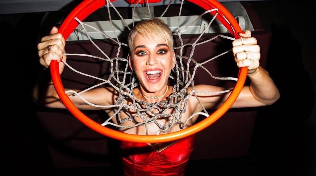 Сумасшедший баскетбол в новом видео Кэти Перри