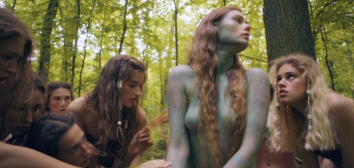 «Ангельский движ» или эльфийский эротически-сюрреалистический сон: Луна выпустила новый клип «Золотые лепестки»
