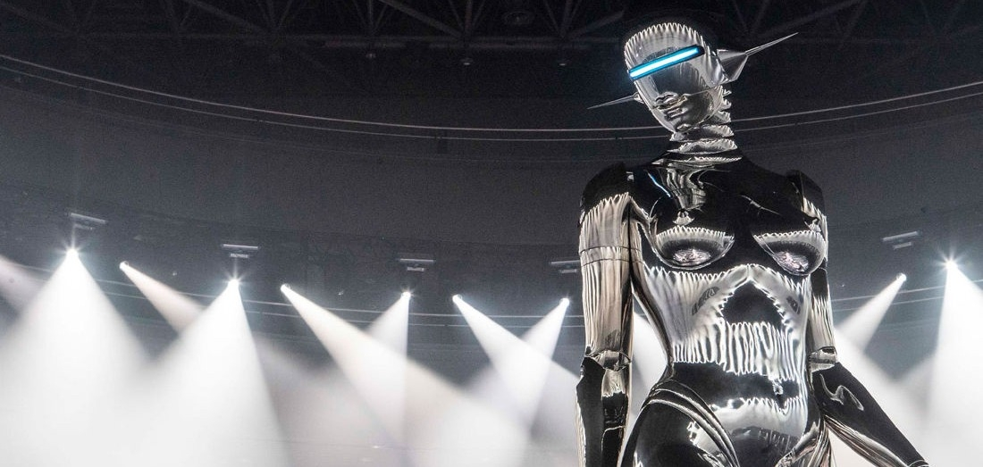 Гигантский робот захватил подиум на шоу Dior Pre-Fall 2019