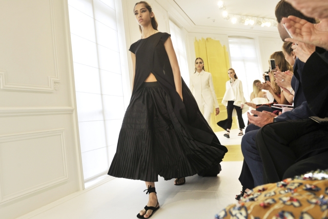 Коллекцию Christian Dior Fall 2016 представили в черно-белых тонах