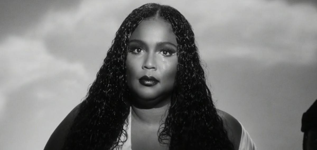 Темнокожая роковая певица Lizzo исповедует мужчин-грешников в новом видео Cuz I Love You