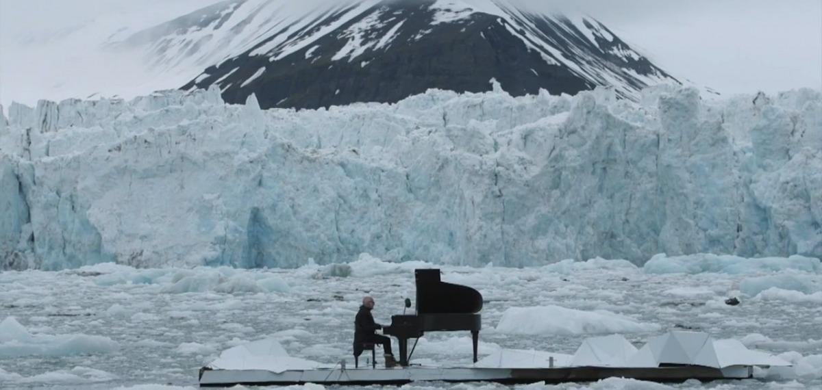 Пианист выступил на льдине в Северном Ледовитом океане (видео)