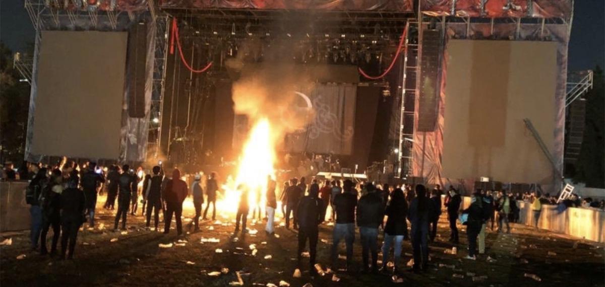 Как нельзя вести себя на концертах. И вообще нигде: На фестивале Knotfest взбешенная толпа уничтожила инструменты Slipknot и Evanescence