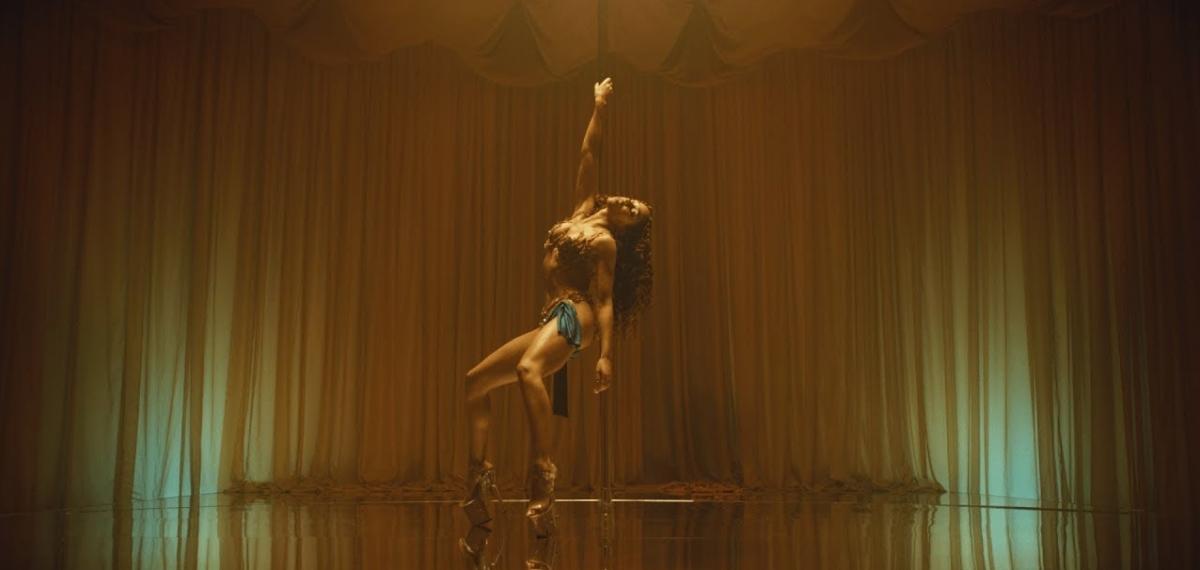 Роскошный танец на пилоне и сюрреалистическое чудовище в новом потрясающем видео FKA twigs