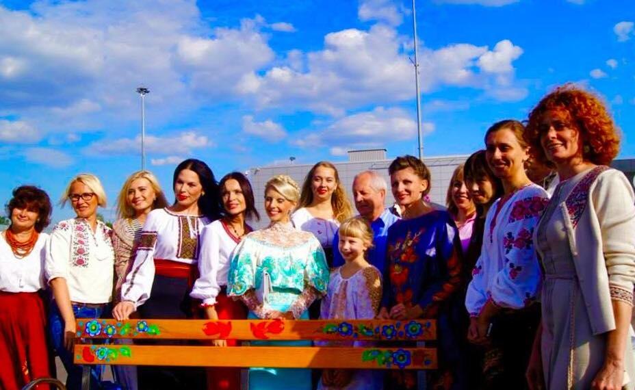 Влада Литовченко разрисовала скамейки в аэропорту Жуляны