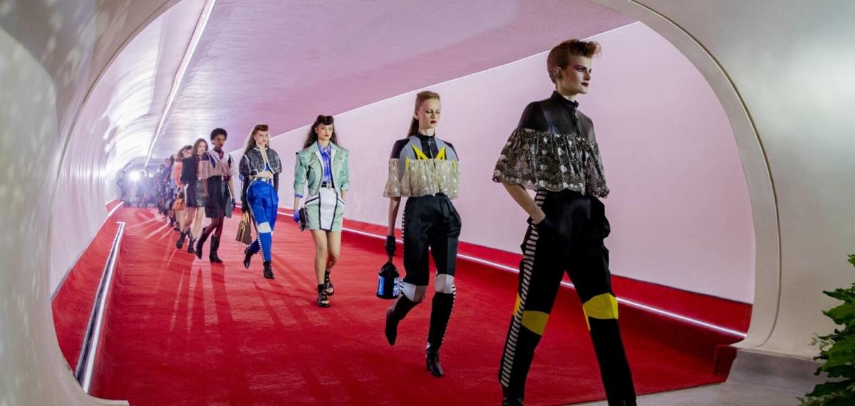 #Будущее_Наступило: Louis Vuitton представили смартфон-сумки с экранами