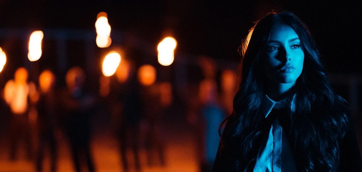 Хеллоуин закончился, ведьмы остались: Новое мистическое видео Madison Beer