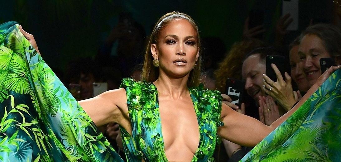 Versace и Fashion Nova урегулировали судебный процесс из-за знаменитого платья J.Lo
