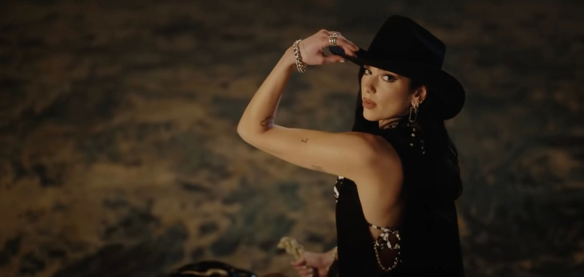 Дуа Липа оседлала быка в музыкальном видео
