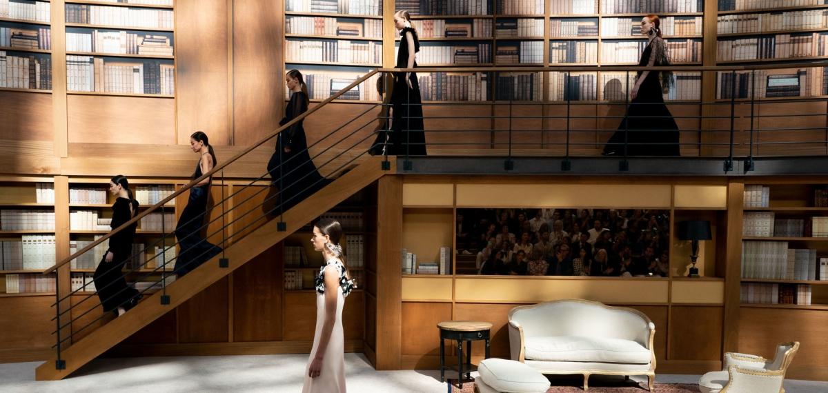 Твид, драпировки и тихая элегантность: Виржини Виар представила первую собственную кутюрную коллекцию Chanel