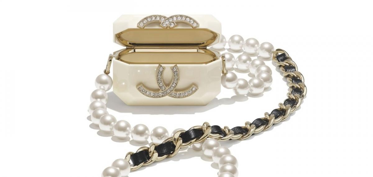 Мечта лета: Чехлы и ожерельях для AirPods от Chanel