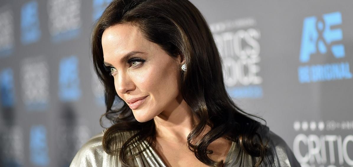 Анджелина Джоли обсуждает войну с Брэдом Питтом, ссылаясь на его связь с Вайнштейном